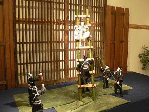 梯子を登る團七九郎兵衛